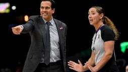 Coach Spoelstra parla con l'arbitro Ashley Moyer-Gleich!